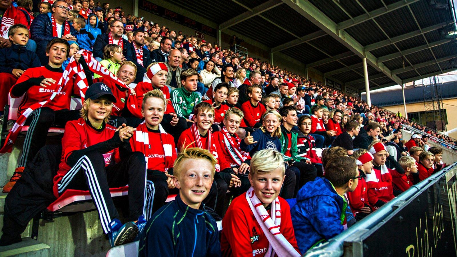 Mange tilskuere smiler da FFK mobiliserte med publikum mot Strømmen 2016