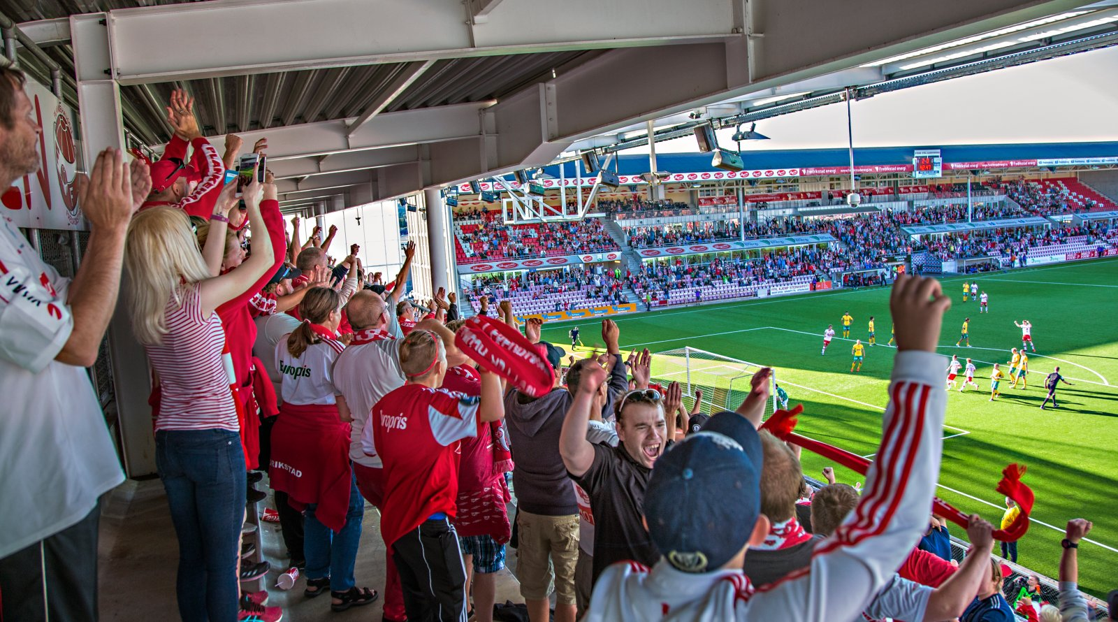 Sørsia supporterne på ståfeltet jubler for scoring 2017